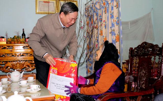 Trưởng ban Tổ chức Tỉnh ủy Hà Đức Hoan tặng quà Mẹ Việt Nam anh hùng Dương Thị Cúc, thôn Ngòi Bang, xã Bảo Ái, huyện Yên Bình.