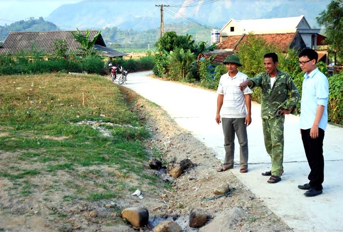 Đường giao thông thôn Đức Tiến mới được bê tông hóa bằng 60% nguồn vốn của Nhà nước và 40% của người dân trong thôn.