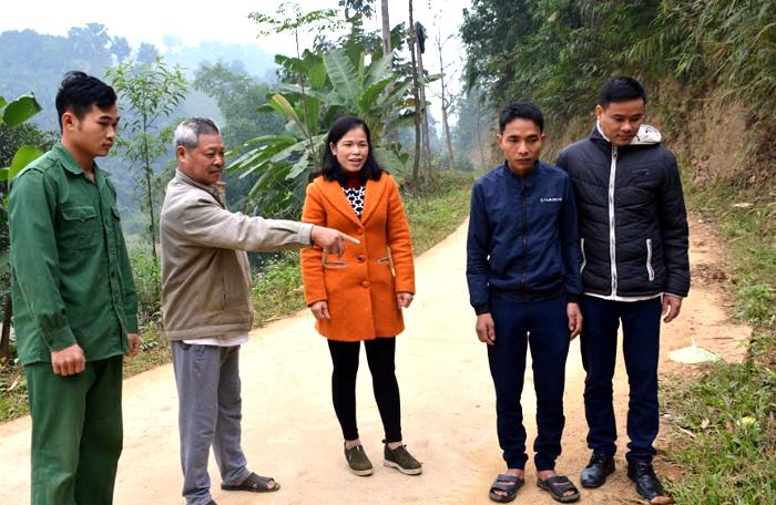 Lãnh đạo Đảng ủy xã Mậu Đông cùng cán bộ thôn Ngọn Ngòi động viên các hộ dân hiến đất mở rộng, bê tông hóa đường giao thông.