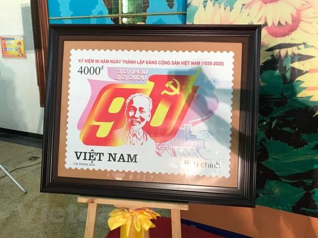 Cận cảnh chiếc tem đặc biệt kỷ niệm 90 năm thành lập Đảng Cộng sản Việt Nam.