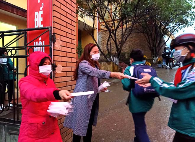 Các cô giáo Trường THCS Quang Trung, thành phố Yên Bái phát khẩu trang miễn phí cho học sinh sáng 3/2.