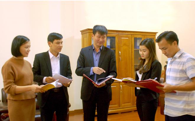 Đồng chí Trần Huy Tuấn - Ủy viên Ban Thường vụ, Trưởng ban Tổ chức Tỉnh ủy trao đổi với cán bộ, chuyên viên về triển khai Chỉ thị số 35-CT/TW của Bộ Chính trị về đại hội đảng bộ các cấp tiến tới Đại hội đại biểu toàn quốc lần thứ XIII của Đảng.