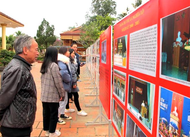 Triển lãm đã thu hút hơn 30 đoàn với gần 1.000 người đến tham quan, tìm hiểu, nghiên cứu và học tập Chủ tịch Hồ Chí Minh với công tác xây dựng Đảng.