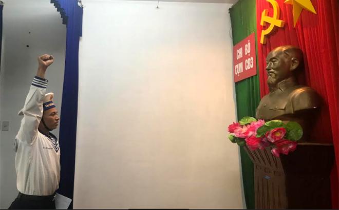 Chiến sĩ Đỗ Trịnh Tuế tuyên thệ trong lễ kết nạp đảng và nhận quyết định kết nạp Đảng.
