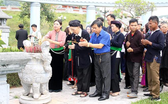 Nhân dân các dân tộc tỉnh Yên Bái thắp hương tại Di tích lịch sử Khu mộ Nguyễn Thái Học và các chiến sỹ hy sinh trong cuộc Khởi nghĩa Yên Bái.