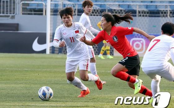 Một pha tranh bóng giữa các cầu thủ tuyển nữ Việt Nam và tuyển nữ Hàn Quốc.