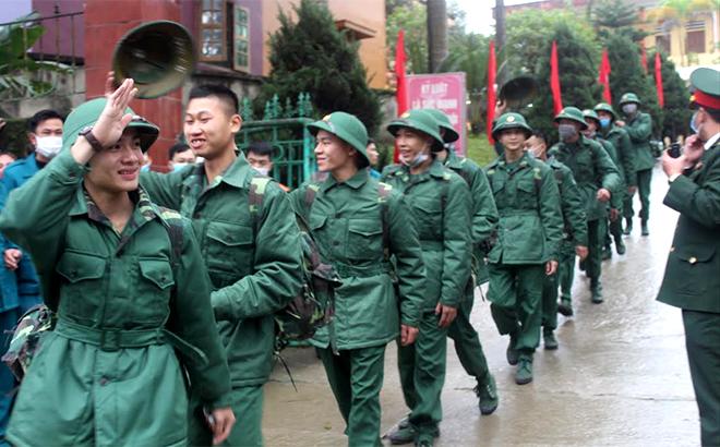 Các tân binh rạng rỡ lên đường nhập ngũ.