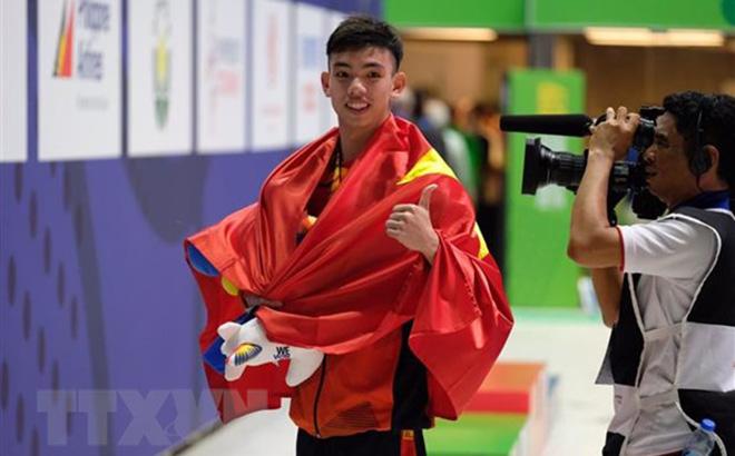 Huy Hoàng sau khi nhận huy chương ở nội dung 400m tự do nam tại SEA Games 30.