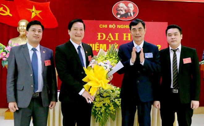Đồng chí Đỗ Quang Minh - Chánh Văn phòng Tỉnh ủy Yên Bái tặng hoa chúc mừng Ban chi ủy Chi bộ Nghiên cứu, Đảng bộ Văn phòng Tỉnh ủy, nhiệm kỳ 2020 – 2022