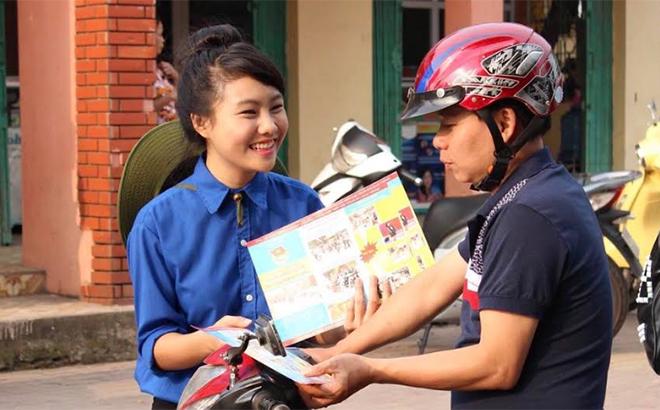 Đoàn viên thanh niên phát tờ rơi tuyên truyền về an toàn giao thông trên địa bàn thành phố Yên Bái.
