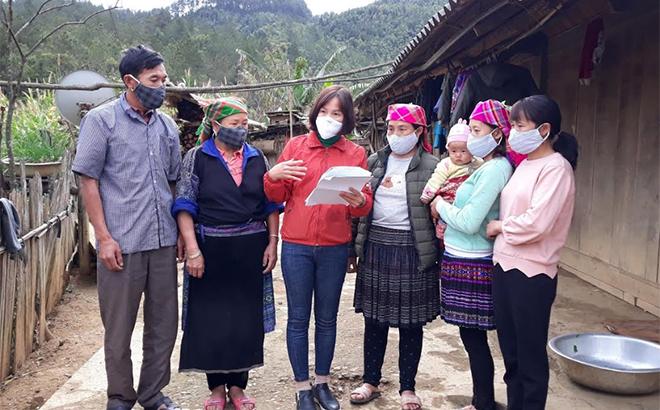 Cán bộ Hội Phụ nữ huyện Mù Cang Chải tuyên truyền phòng dịch cho hội viên và người dân tại xã Dế Xu Phình.