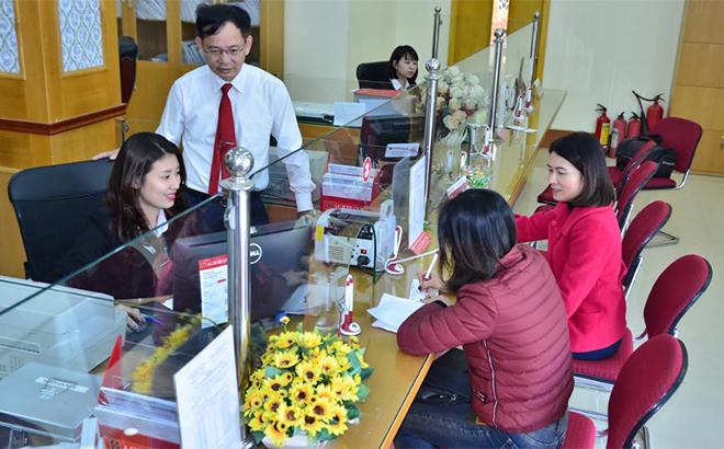 Khách hàng giao dịch tại Ngân hàng Nông nghiệp và Phát triển nông thôn Chi nhánh Bắc Yên Bái.