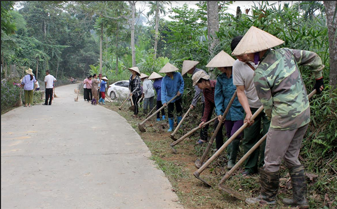 Người dân xã Việt Thành tích cực tham gia vệ sinh đường làng, ngõ xóm sạch đẹp.