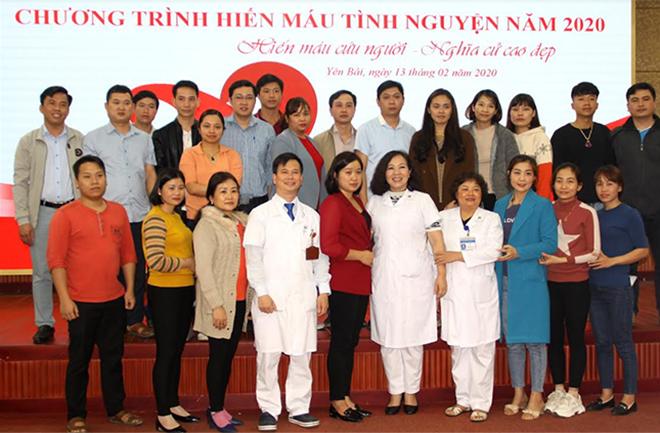 Lãnh đạo Bệnh viện Đa khoa tỉnh Yên Bái lưu lại hình ảnh với các thành viên trước khi hiến máu.