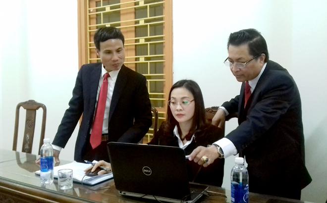 Lãnh đạo Chi bộ Ngân hàng Nông nghiệp và Phát triển nông thôn huyện Văn Yên rà soát dự thảo báo cáo chính trị trình Đại hội.