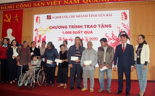 Lãnh đạo Agribank Yên Bái tặng quà cho các hộ nghèo nhân dịp tết Canh Tý 2020.