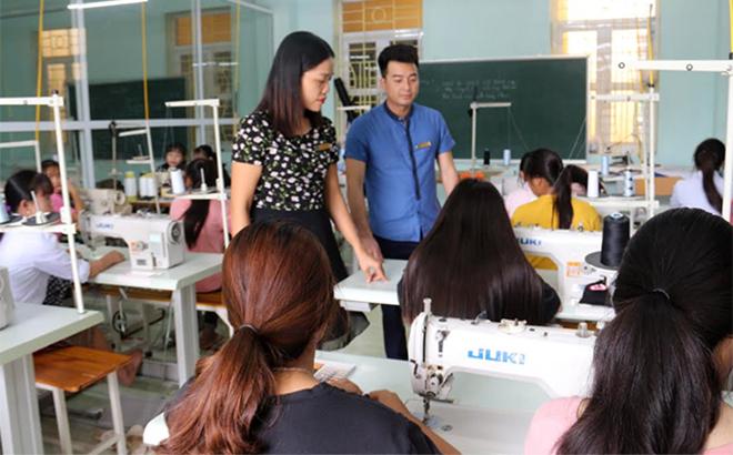 Hỗ trợ dạy nghề gắn với tạo việc làm sẽ giúp xóa nghèo bền vững. (Trong ảnh: Đào tạo nghề may tại Trường Trung cấp Dân tộc nội trú Nghĩa Lộ).