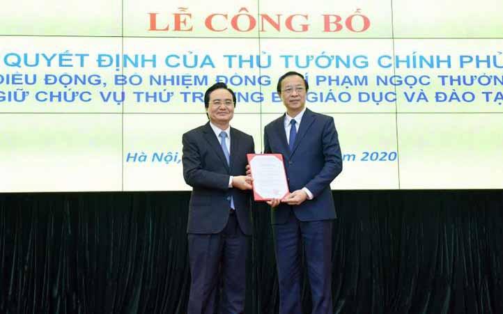 Bộ trưởng Phùng Xuân Nhạ trao quyết định điều động, bổ nhiệm cho tân Thứ trường Bộ GD&ĐT Phạm Ngọc Thưởng.