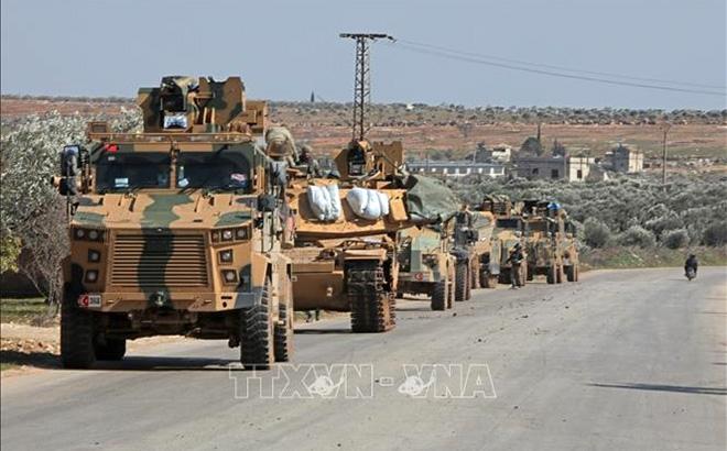 Đoàn xe quân sự Thổ Nhĩ Kỳ tiến vào khu vực phía Đông thành phố Idlib, Syria ngày 20/2/2020.