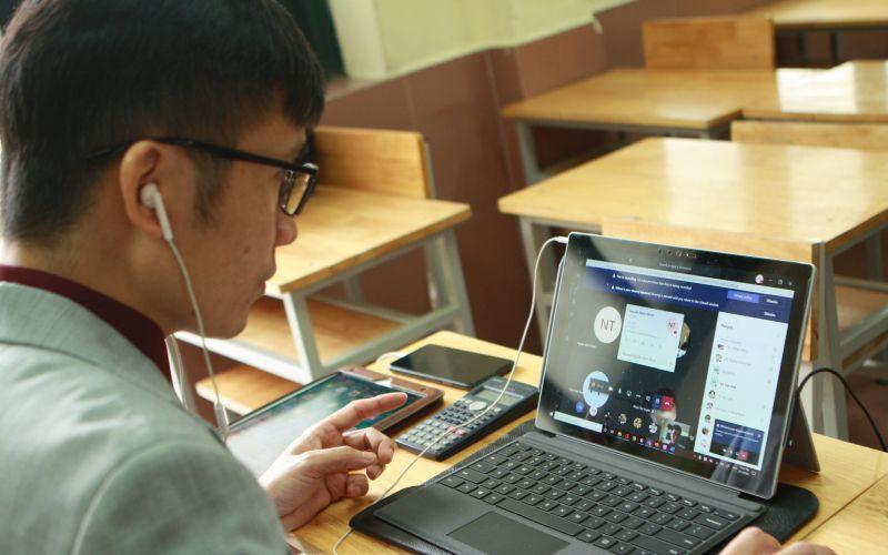 Giáo viên trường THCS&THPT Nguyễn Tất Thành (Hà Nội) dạy học trực tuyến cho học trong thời gian trường tạm nghỉ phòng dịch Covid-19