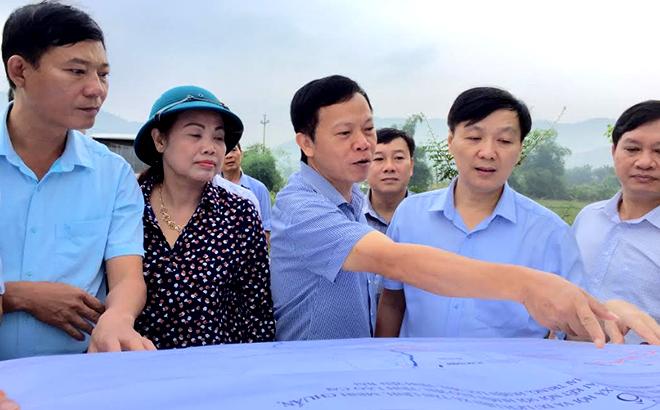 Các đồng chí lãnh đạo huyện Lục Yên khảo sát các dự án phát triển kinh tế trên địa bàn.