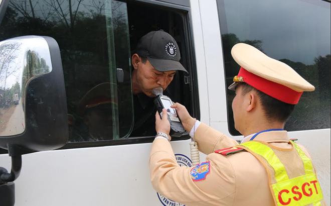 Cán bộ Đội Cảnh sát giao thông, Công an huyện Văn Yên kiểm tra nồng độ cồn người điều khiển phương tiện giao thông.