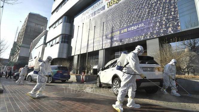 Nhân viên y tế phun thuốc khử trùng phía trước một nhà thờ của giáo phái Shincheonji ở Daegu, Hàn Quốc, nhằm ngăn chặn sự lây lan của Covid-19, ngày 19/2/2020.