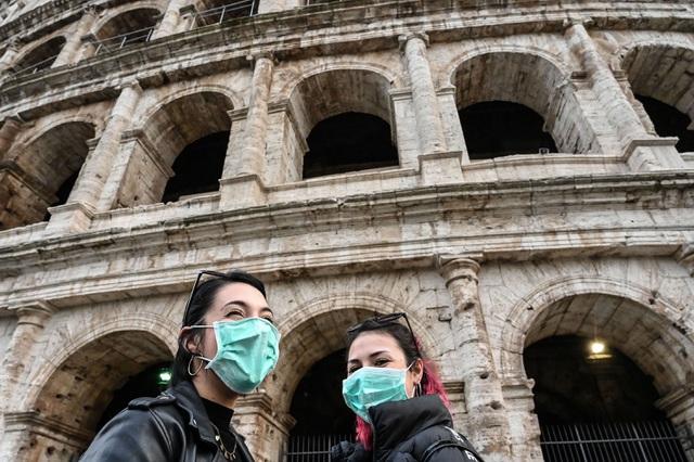 Du khách đeo khẩu trang bên ở Rome, Italia.