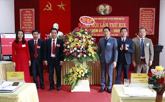 Lãnh đạo huyện tặng hoa chúc mừng Đại hội.