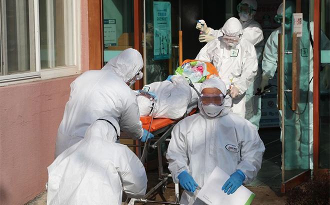 Nhân viên y tế chuyển một bệnh nhân nghi nhiễm COVID-19 khỏi bệnh viện Daenam, thành phố Cheongdo.