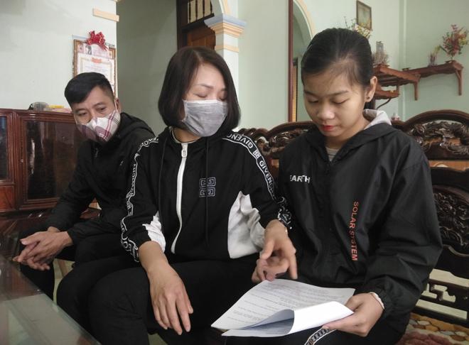 Giáo viên Trường TH&THCS Quy Mông hướng dẫn ôn luyện kiến thức cho học sinh tại nhà.