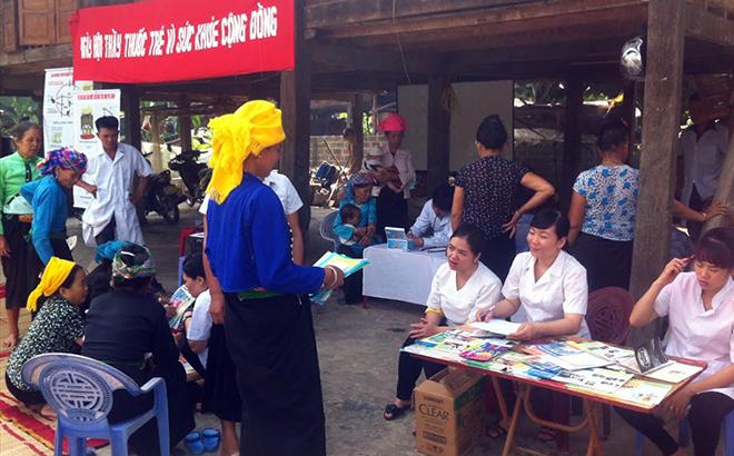 Cán bộ y tế Trung tâm Y tế thị xã Nghĩa Lộ tuyên truyền phòng, chống dịch bệnh cho người dân.