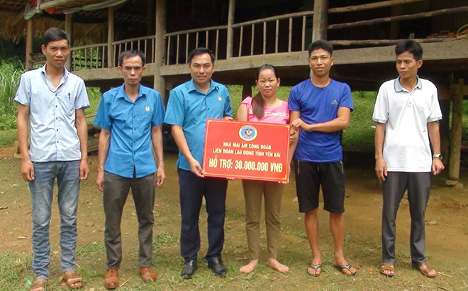 Liên đoàn Lao động huyện Lục Yên trao tiền hỗ trợ làm nhà