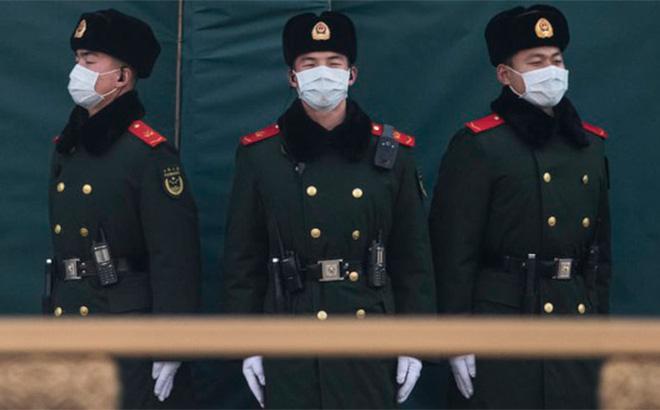 Cảnh sát Trung Quốc đeo khẩu trang khi làm nhiệm vụ tại Bắc Kinh.