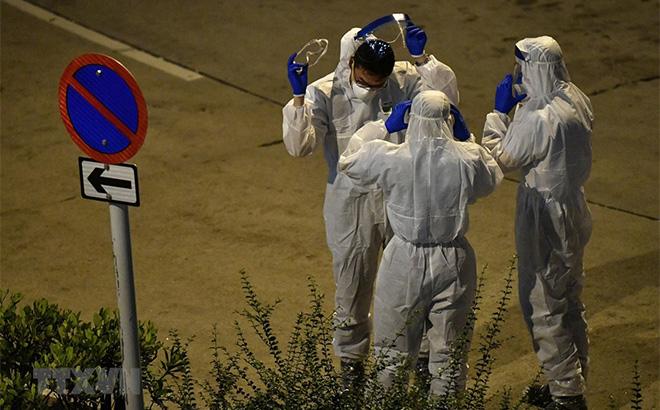 Nhân viên y tế làm nhiệm vụ tại khu vực được xác nhận có trường hợp nhiễm COVID-19 ở Hong Kong, Trung Quốc.