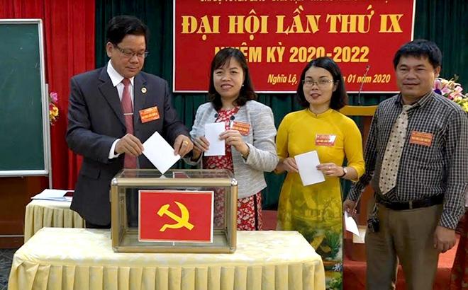 Đảng viên Chi bộ Tuyên giáo - Dân vận, Đảng bộ Trung tâm Bồi dưỡng chính trị thị xã bỏ phiếu bầu Ban chấp hành khóa mới.
