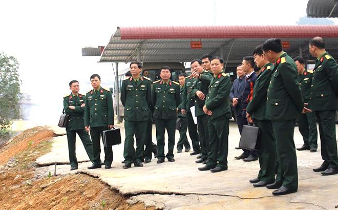 Thiếu tướng Phạm Hồng Chương - Tư lệnh Quân khu (đứng thứ 3 từ phải sang) và đoàn công tác kiểm tra thực tế tại Kho vũ khí.