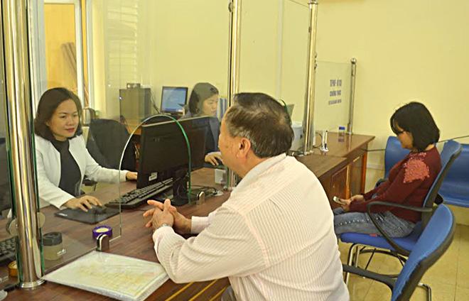 Cán bộ Bộ phận Phục vụ hành chính công phường Nguyễn Thái Học giải quyết thủ tục hành chính cho người dân.