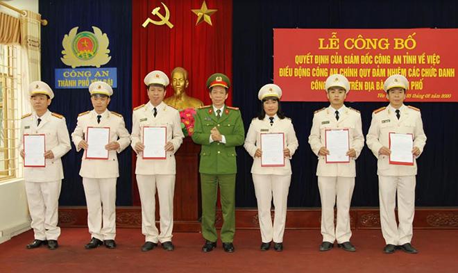 Đại tá Trần Kim Hải – Phó Giám đốc Công an tỉnh trao quyết định điều động cho các đồng chí công an chính quy về đảm nhiệm các chức danh công an xã trên địa bàn thành phố Yên Bái.
