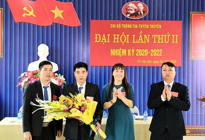 Lãnh đạo Đảng bộ Sự nghiệp Thông tin và Văn hóa thành phố tặng hoa chúc mừng Đại hội Chi bộ Thông tin - tuyên truyền.