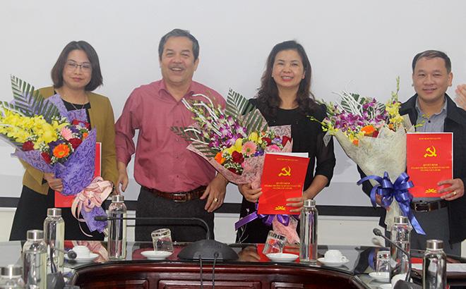 Lãnh đạo UBND huyện Lục Yên trao quyết định và tặng hoa cho các đồng chí được nhận nhiệm vụ mới.