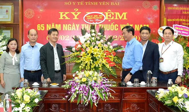 Lãnh đạo thành phố Yên Bái tặng hoa chúc mừng cán bộ, nhân viên ngành y tế tỉnh Yên Bái.