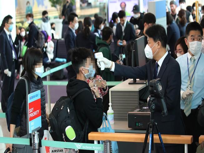 Hành khách được kiểm tra thân nhiệt tại một sân bay Hàn Quốc.