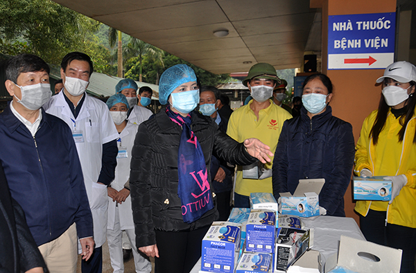 Pham Thi Thanh Tra, Secretary of the Party Committee and Chairwoman of the People's Council of Yen Bai province, applauds the Luc Yen district health centre's active response to the nCoV-caused acute respiratory disease.