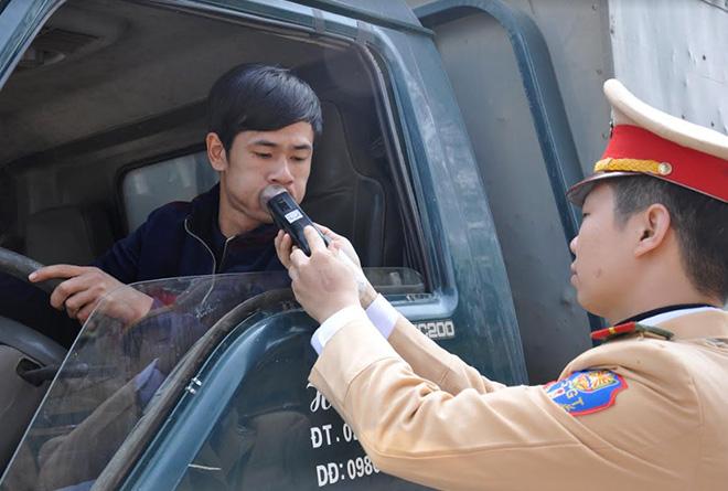 Lực lượng cảnh sát giao thông tăng cường kiểm tra nồng độ cồn đối với người điều khiển phương tiện khi tham gia giao thông.