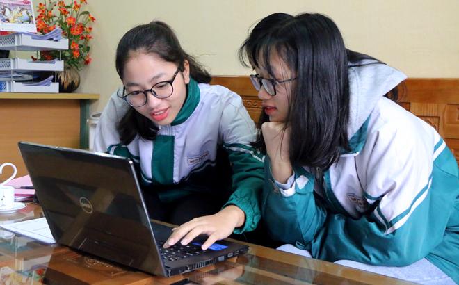 Học sinh trường THPT Nguyễn Huệ, thành phố Yên Bái tích cực học trực tuyến trong quá trình tạm nghỉ học phòng chống dịch Covid-19.