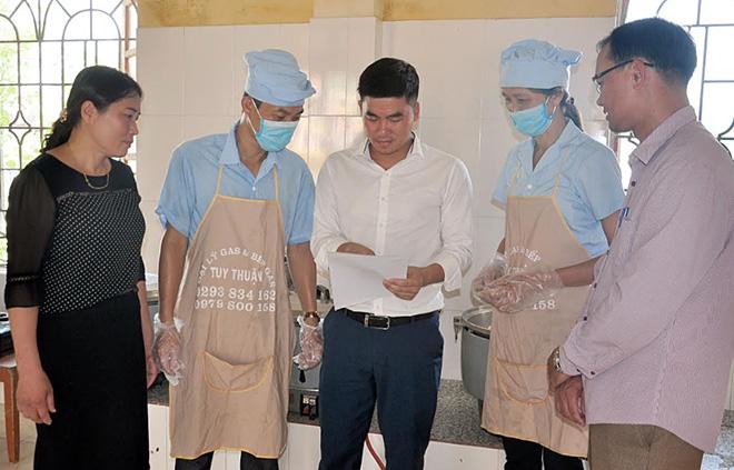 Cán bộ Phòng Y tế huyện Văn Yên và lãnh đạo xã Đại Phác tuyên truyền các quy định về an toàn thực phẩm tại bếp ăn của Trường Mầm non Đại Phác.