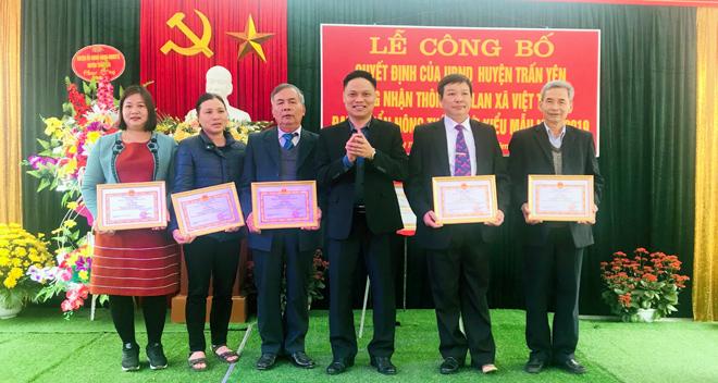 Lãnh đạo UBND huyện Trấn Yên trao giấy khen cho các tập thể và cá nhân có thành tích xuất sắc trong xây dựng thôn Phú Lan đạt chuẩn NTM kiểu mẫu.