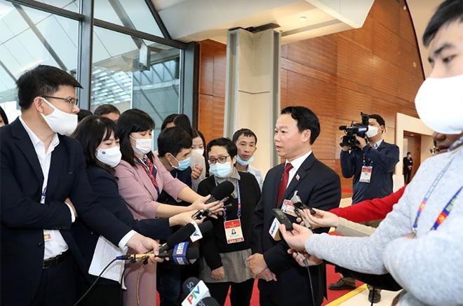 Đồng chí Đỗ Đức Duy - Bí thư Tỉnh ủy Yên Bái trả lời phỏng vấn của các phóng viên báo chí bên lề Đại hội XIII.