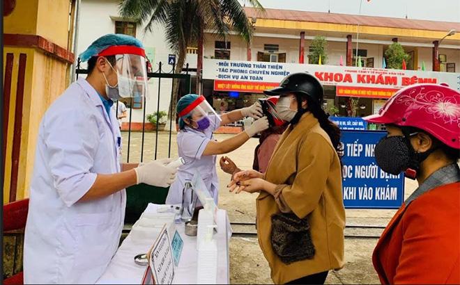 Cán bộ y tế huyện Văn Yên kiểm soát, phân luồng người đến khám bệnh tại Trung tâm Y tế huyện. (Ảnh: minh họa)